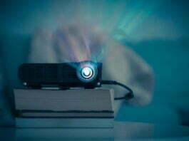 Mini projektor der staar ovenpaa boeger